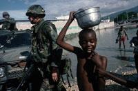 兵士と黒人の子供 1994年 ポルトプランス ハイチ