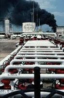 黒煙の上がる油田と配管パイプ 1983年 メキシコ