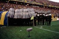 盾を持つサッカーの警備員 2001年 イスタンブール トルコ