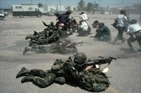 銃を撃つ米兵とマスコミ ハイチ 1994