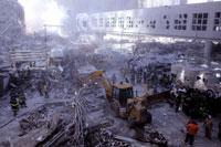 がれきとショベルカーと消防士 NY アメリカ 2001年9月 02265007553| 写真素材・ストックフォト・画像・イラスト素材|アマナイメージズ