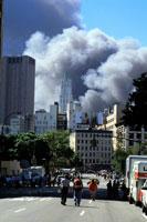 壊れるビルと煙と道路 NY アメリカ 2001年9月 02265007558| 写真素材・ストックフォト・画像・イラスト素材|アマナイメージズ