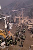 がれきと消防士 NY アメリカ 2001年9月 02265007561| 写真素材・ストックフォト・画像・イラスト素材|アマナイメージズ