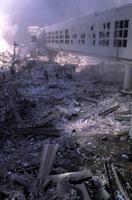 壊れたビルと煙とがれき NY アメリカ 2001年9月 02265007563| 写真素材・ストックフォト・画像・イラスト素材|アマナイメージズ