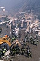 水たまりとがれきと消防士 NY アメリカ 2001年9月