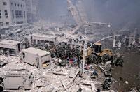 がれきと消防士と水たまり NY アメリカ 2001年9月 02265007571| 写真素材・ストックフォト・画像・イラスト素材|アマナイメージズ