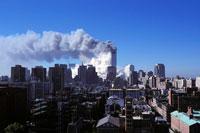 崩壊するビルと高層ビル群 NY アメリカ 2001年9月 02265007572| 写真素材・ストックフォト・画像・イラスト素材|アマナイメージズ