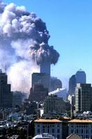崩壊するビルと高層ビル群 NY アメリカ 2001年9月 02265007576| 写真素材・ストックフォト・画像・イラスト素材|アマナイメージズ