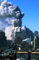 崩壊するビルと高層ビル群 NY アメリカ 2001年9月 02265007578| 写真素材・ストックフォト・画像・イラスト素材|アマナイメージズ