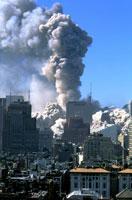 壊れたビルと高層ビルと青空 NY アメリカ 2001年9月