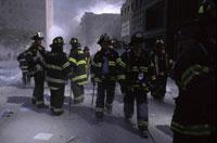 がれきと消防士 NY アメリカ 2001年9月 02265007582| 写真素材・ストックフォト・画像・イラスト素材|アマナイメージズ