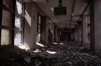 窓ガラスが割れた廊下 NY アメリカ 2001年9月 02265007590| 写真素材・ストックフォト・画像・イラスト素材|アマナイメージズ