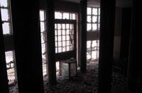 窓ガラスが割れた屋内 NY アメリカ 2001年9月 02265007591| 写真素材・ストックフォト・画像・イラスト素材|アマナイメージズ