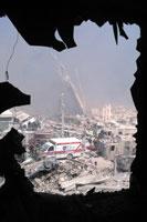 割れた窓から見たがれき NY アメリカ 2001年9月 02265007592| 写真素材・ストックフォト・画像・イラスト素材|アマナイメージズ
