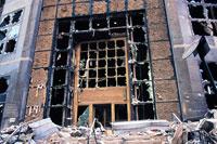 窓ガラスが割れ壊れた建物 NY アメリカ 2001年9月 02265007594| 写真素材・ストックフォト・画像・イラスト素材|アマナイメージズ