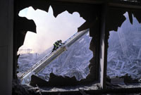 割れた窓ガラスから見た消防士 NY アメリカ 2001年9月