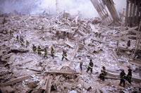 壊れた建物とがれきと消防士 NY アメリカ 2001年9月 02265007602| 写真素材・ストックフォト・画像・イラスト素材|アマナイメージズ