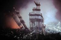 壊れた建物とがれきと炎 NY アメリカ 2001年9月