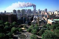 煙を出すビルと公園と町並み NY アメリカ 2001年9月 02265007606| 写真素材・ストックフォト・画像・イラスト素材|アマナイメージズ