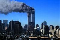 煙を出すビルと町並み NY アメリカ 2001年9月