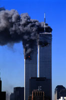 黒煙を出し壊れる2棟のビル NY アメリカ 2001年9月 02265007609| 写真素材・ストックフォト・画像・イラスト素材|アマナイメージズ