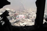 割れた窓ガラスからのがれき NY アメリカ 2001年9月 02265007613| 写真素材・ストックフォト・画像・イラスト素材|アマナイメージズ