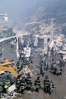 がれきと消防士 NY アメリカ 2001年9月 02265007619| 写真素材・ストックフォト・画像・イラスト素材|アマナイメージズ