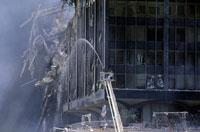 壊れた建物と放水するはしご車 NY アメリカ 2001年9月 02265007621| 写真素材・ストックフォト・画像・イラスト素材|アマナイメージズ