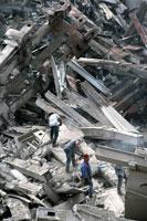 がれきの山と救助する人 NY アメリカ 2001年9月 02265007625| 写真素材・ストックフォト・画像・イラスト素材|アマナイメージズ
