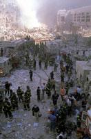 壊れた建物とがれきと消防士 NY アメリカ 2001年9月 02265007629| 写真素材・ストックフォト・画像・イラスト素材|アマナイメージズ