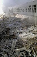 壊れた建物とがれきと煙 NY アメリカ 2001年9月 02265007630| 写真素材・ストックフォト・画像・イラスト素材|アマナイメージズ