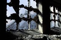 割れた窓から見る消防士 NY アメリカ 2001年9月 02265007635| 写真素材・ストックフォト・画像・イラスト素材|アマナイメージズ
