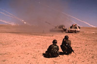 湾岸戦争余波の荒野の戦車と兵士 クウェート 1991年