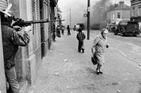 機関銃で狙う兵士 ベルファースト 北アイルランド 1978年