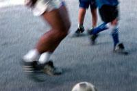 サッカーボールを蹴る人