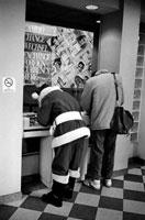 ATMを使うサンタクロースの後姿 NY アメリカ 1991年 02265008458| 写真素材・ストックフォト・画像・イラスト素材|アマナイメージズ