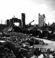 爆撃後のがれきと建物 ドレスデン ドイツ 1946年