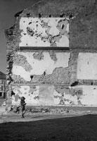 荒廃とヘルメット姿の子供 ロレーヌ地方 フランス 1945年