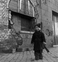レンガ壁と兵隊姿の子供 ワルヘレン オランダ 1945年