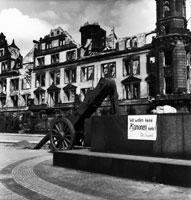 壁が崩れた廃墟と車輪 ドレスデン ドイツ 1946年