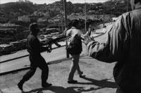 憲兵隊と手を上げる人 1995年 アルジェ アルジェリア