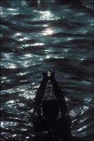 祈る男性 1971年 ガンジス川 ベナレス インド