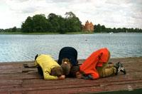 かがむ子供たち 2002年 ヴィリニュス エストニア
