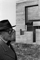 トゥーレット修道院と男性 B/W 1959年 フランス 02265011028| 写真素材・ストックフォト・画像・イラスト素材|アマナイメージズ