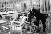 テラスのバカンスのカップル B/W 1964年 フランス 02265011333  写真素材・ストックフォト・画像・イラスト素材 アマナイメージズ