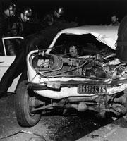 自動車事故と3人の消防士 1972年 ルーアン フランス 02265012103| 写真素材・ストックフォト・画像・イラスト素材|アマナイメージズ