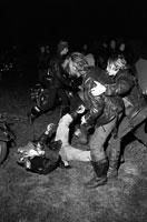 けんかするバイク乗り 1972年 フランス 02265012105| 写真素材・ストックフォト・画像・イラスト素材|アマナイメージズ