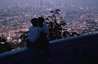 ロサンジェルスの町並みとカップルのシルエット 02265013351| 写真素材・ストックフォト・画像・イラスト素材|アマナイメージズ