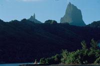 青空と森林と山の風景 ムーリア ポリネシア 02265014061| 写真素材・ストックフォト・画像・イラスト素材|アマナイメージズ