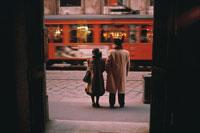 路面電車を待つ夫婦 ミラノ イタリア